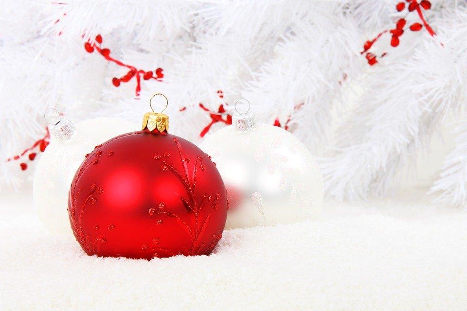 Julenisse på døra med gaver til små……